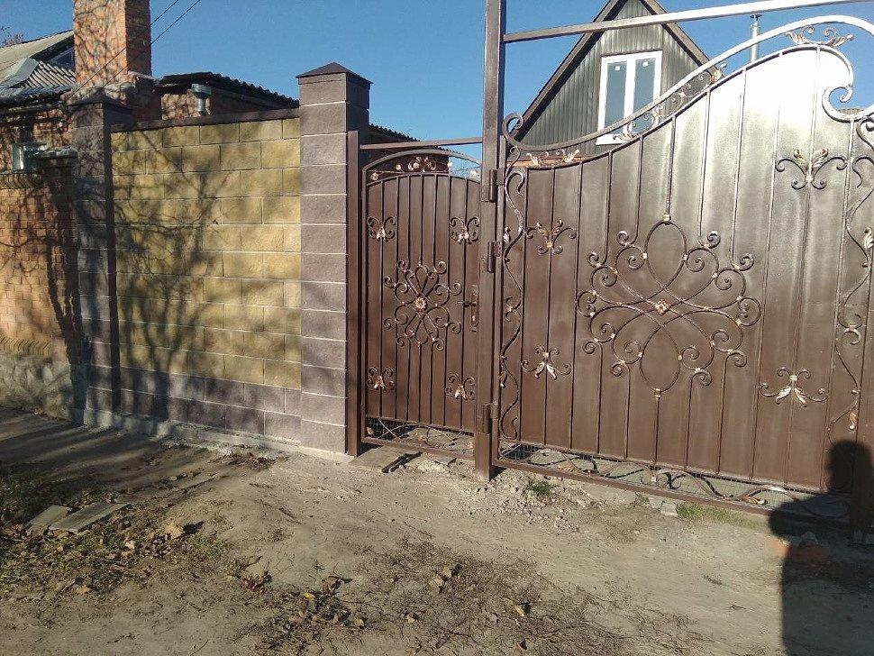 Забор с ковкой и металлическими колпаками